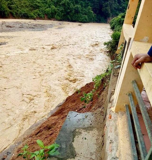 Nước đã xoáy sâu vào sát chân móng của dãy nhà học và ngôi trường đang trước nguy cơ bị sập.
