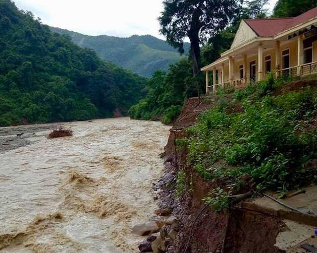 Mưa đã giảm nhưng nước lũ từ đầu nguồn đổ về đang đe dọa sự an toàn của Trường tiểu học bản Na Mỳ, xã Mường Típ (huyện Kỳ Sơn).