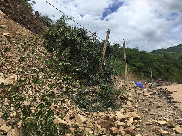 Đất đá sạt lở từ trên núi xuống gây ách tắc.