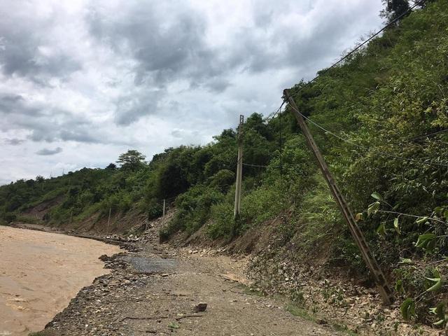Mưa lớn trong những ngày qua đã làm cho mực nước sông Nậm Mộ dâng cao gây ngập lụt, sạt lở tuyến đường từ thị trấn Mường Xén vào xã Tà Cạ.