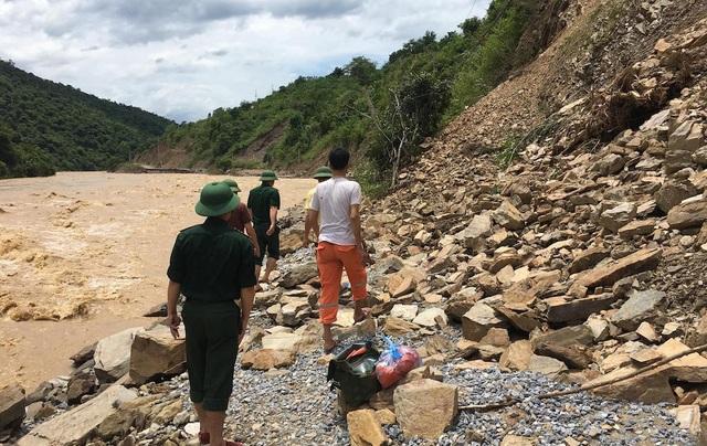 Để vào được Tà Cạ phải men theo con đường hẹp chỉ chưa đầy một bước chân nhưng chỉ đi được một đoạn ngắn và rất nguy hiểm dễ bị rơi xuống sông.