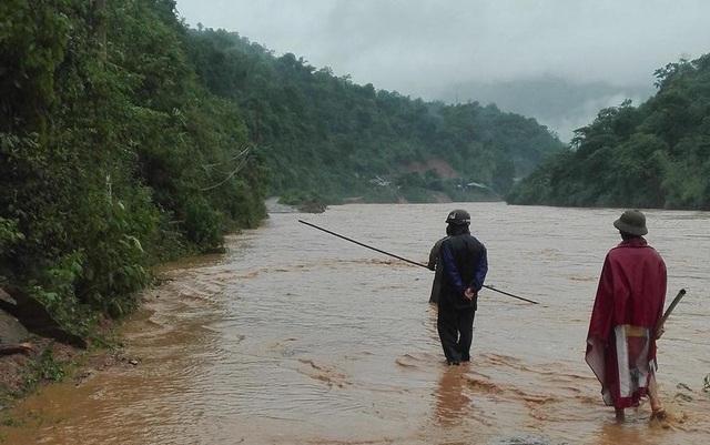 Nhiều đoạn đường nước lũ dâng cao không thể đi được.