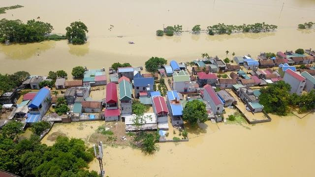 Khung cảnh làng Bùi Xá ngập lụt nhìn từ trên cao.