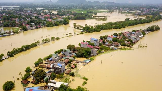 Đến rạng sáng nay, nhiều địa phương tại Hà Nội vẫn trong tình trạng bị ngập lụt. Hình ảnh flycam ghi lại tại làng Bùi Xá (Xuân Mai, Chương Mỹ, Hà Nội) bị cô lập, ngập chìm trong biển nước.