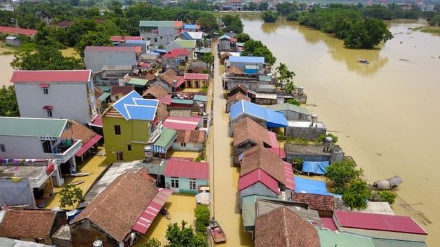 Con đường chính dẫn vào làng ngập từ 0,5 - 1,5 m.