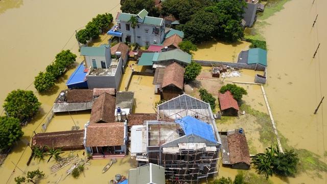 Nước ngập cao khiến một số người dân phải tạm thời sơ tán đi nơi khác.