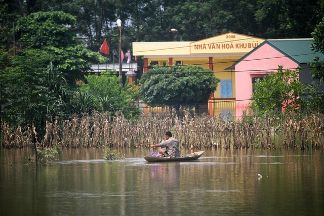 Thôn Bùi Xá có 103 hộ với 529 nhân khẩu phải sống chung với nước lũ không kể ngày đêm.
