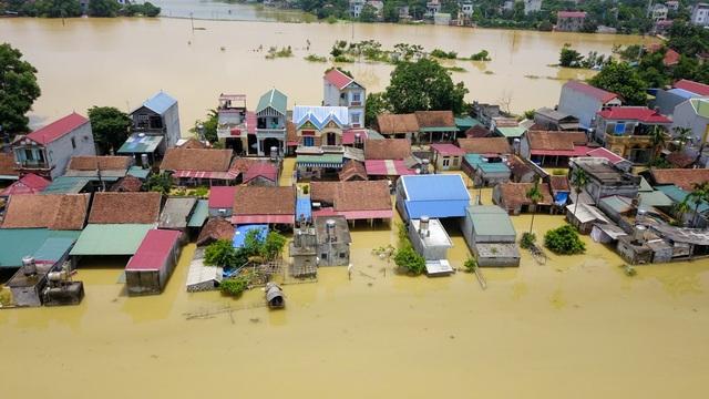 Điện bị cắt cách đây 3 hôm, ngày hôm nay 23/7 mới được cấp điện trở lại, cuộc sống người dân bị đảo lộn hoàn toàn, anh Nguyễn Văn Mạnh (thôn Bùi Xá, Chương Mỹ) cho biết.