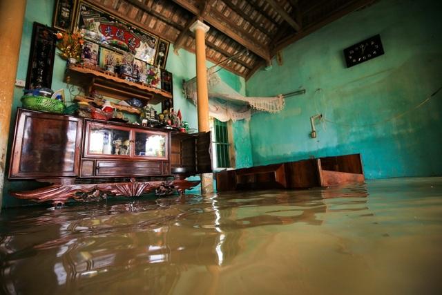 Khung cảnh nước ngập cao trong nhà người dân Bùi Xá.