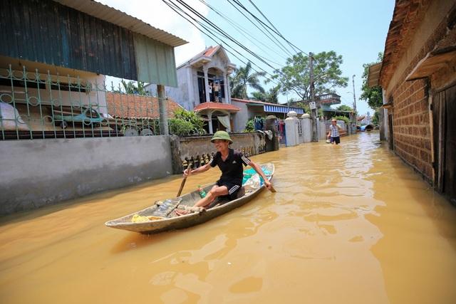 Người dân muốn di chuyển phải dùng thuyền hoặc lội bộ.