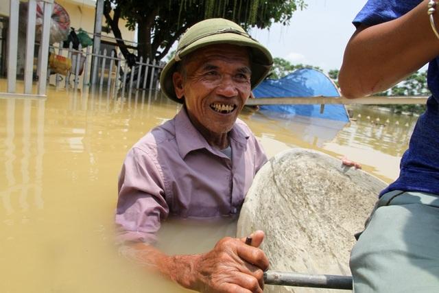 Ông Nguyễn Văn Hiểu (Bùi Xá, Chương Mỹ) cho biết nước ngập 3 hôm nay gây ra nhiều thiệt hại về tài sản, hiện tại nhà ông Hiểu vẫn ngập sâu, phải sống và sinh hoạt trên thuyền.