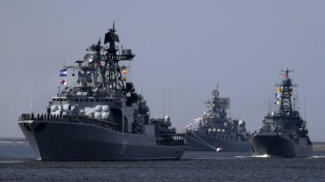 Các tàu chiến Nga diễn tập tại St Petersburg để chuẩn bị cho lễ duyệt binh kỷ niệm Ngày Hải quân (Ảnh: Sputnik