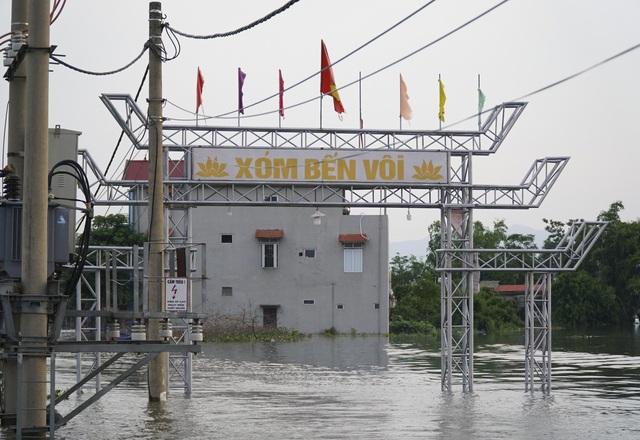 Ghi nhận của PV vào thời điểm hiện tại, nhiều khu vực tại huyện Quốc Oai, Hà Nội vẫn bị cô lập hoàn toàn do nước ngập sâu, có đoạn lên tới 1,5m. Hình ảnh này ghi tại xóm Bến Vôi, xã Cấn Hữu, huyện Quốc Oai.