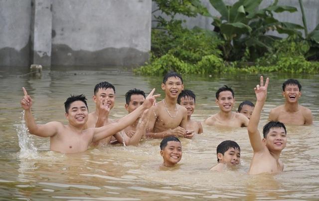 Cuộc sống đảo lộn, nhiều thanh niên trong làng được dịp bơi lội thỏa thích