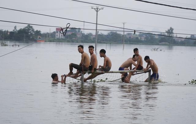 Người dân nơi đây mong chờ nước rút thật nhanh để dọn dẹp nhà cửa, quay lại cuộc sống ngày thường.