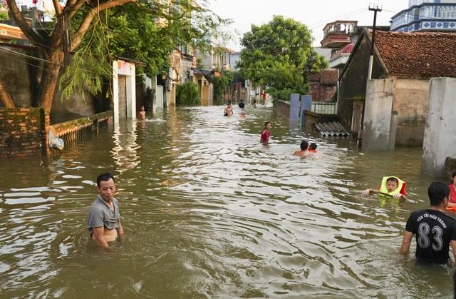 Người dân tại các thôn Cấn Thượng, Định Tú, Bến Vôi... của xã Cấn Hữu, Tuyết Nghĩa bị ngập sâu hơn 1m nước, bị cô lập hoàn toàn, cuộc sống đảo lộn. Nhiều trẻ em trong vùng tổ chức thi bơi lội ngay trên đường làng nay ngập sâu trong nước.
