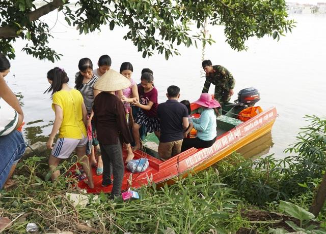 """Chia sẻ với PV, bà Lê Thị Oanh ở tại xóm Bến Vôi cho biết: """"Hiện tại, người dân trong thôn muốn ra ngoài phải di chuyển bằng cano của Ban chỉ huy Quân sự huyện Quốc Oai và thuyền của hàng xóm."""