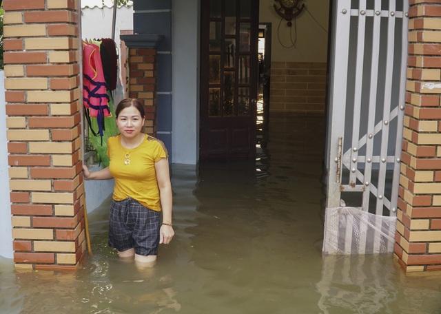 Nước ngập hết tầng 1, khiến cuộc sống gia đình chị Lan bị đảo lộn hoàn toàn, chị phải gửi các con lên ông bà ngoại chăm sóc.