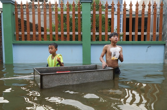 Các trường học trên địa bàn cũng ngập chìm trong nước, trẻ em phải nghỉ học chờ nước rút để tới trường tổng vệ sinh.