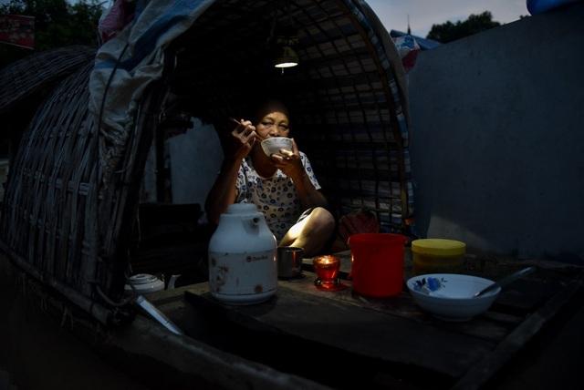 Bà Nguyễn Thị Nhìu làng Bùi Xá (Chương Mỹ, Hà Nội). Ngày 22/7, hai căn nhà bị ngập tới lưng nhà, cả gia đình bà phải ăn ngủ trên thuyền chờ nước rút. Bà Nhìu cho biết cuộc sống gặp nhiều khó khăn, phải ăn ngủ nghỉ trên thuyền gây nhiều bất tiện.
