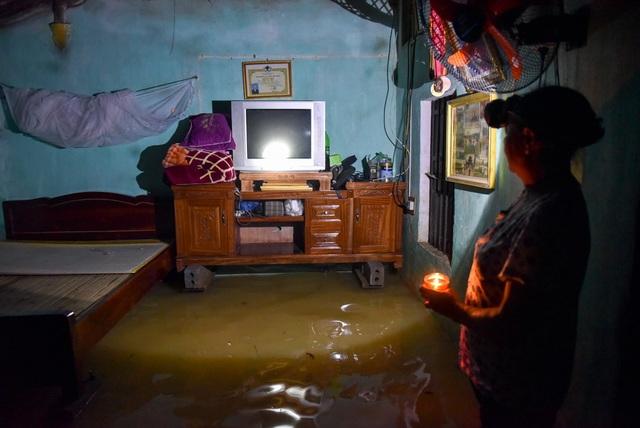Sau nhiều ngày, nước vẫn ngập mấp mé giường nên cả nhà chọn cách ngả lưng trên thuyền.