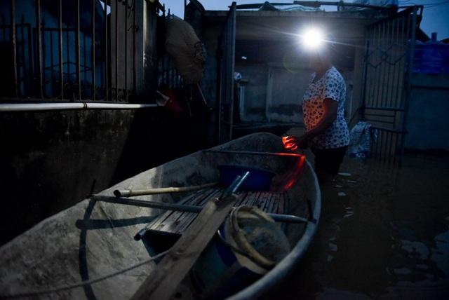 Chỉ tay về chiếc thuyền bà Nhìu buồn bã cho biết, việc đi lại trong làng chỉ có mỗi chiếc thuyền này, không có chỗ nấu cơm nên phải nhờ con gái mang cơm ăn hàng ngày.