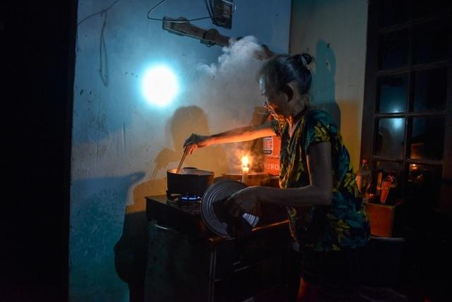May mắn hơn, gia đình bà Hoàng Thị Duyên kê cao bếp và có thể nấu cơm, nhưng chưa có điện nên bà Duyên vẫn phải dùng nến và đèn pin để chiếu sáng.