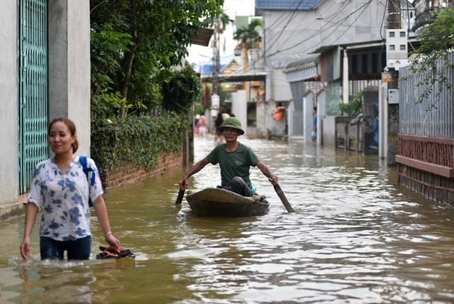 Cách lưu thông chủ yếu của người dân trong làng trong dịp này là bằng thuyền, nếu không có thuyền phải lội nước có chỗ ngập sâu tới 1,5m.