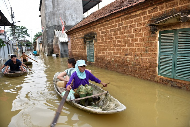 Chiều tối 23/7 nước đã rút được khoảng 50 đến 60 cm, tuy nhiên nhiều hộ gia đình vẫn trong tình trạng ngập nặng và chưa được đóng điện.