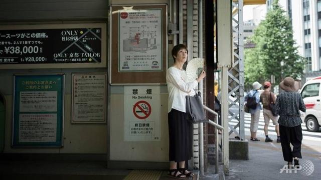 Cơ quan ứng phó thảm họa Nhật Bản đã khuyến cáo người dân sử dụng điều hòa, uống đủ nước và nghỉ ngơi trong lúc làm việc. (Ảnh: AFP)