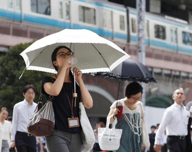 Bộ Môi trường Nhật Bản khuyên người dân nên mặc quần áo nhẹ, mát và ở trong bóng râm khi đi ra đường. (Ảnh: Kyodo)