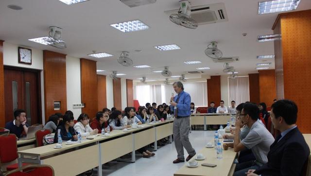Sinh viên chương trình chất lượng cao trao đổi với chuyên gia nước ngoài