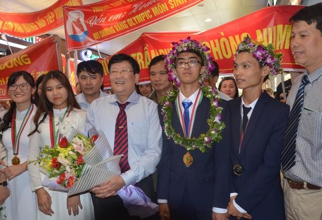 Thầy Tuấn cùng đoàn học sinh Việt Nam Olympic Sinh học quốc tế năm 2018