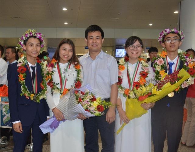 Ông Sái Công Hồng, Phó Cục trưởng Cục Quản lí Chất lượng, Bộ GD-ĐT cùng các học sinh đoạt giải