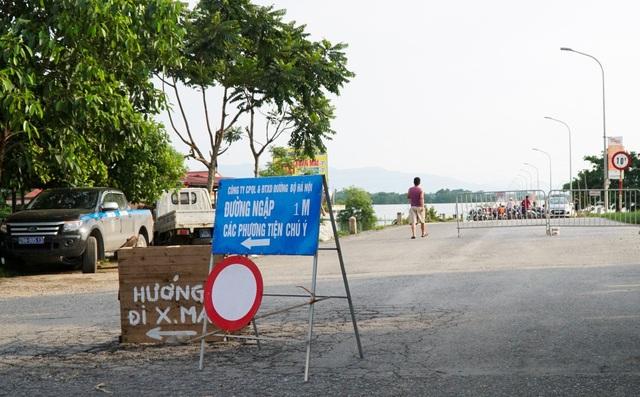 Lực lượng chức năng đã cắm biển cấm các phương tiện và người qua khu vực ngập sâu, thế nhưng hàng trăm người dân quanh vùng vẫn ra bơi lội.
