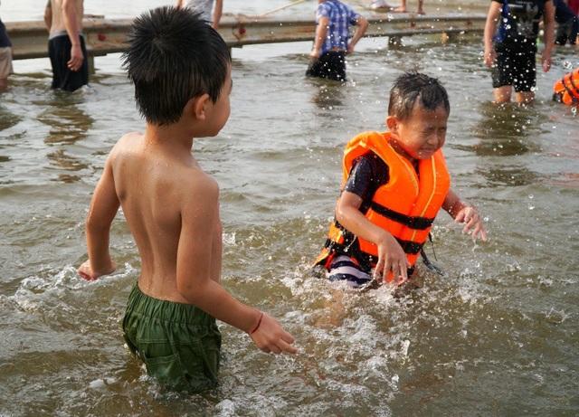 Các em nhỏ té nước, đùa nghịch giữa tỉnh lộ 421B.