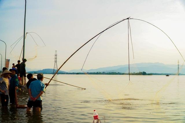 Người dân trong xã Cấn Hữu tranh thủ thả lưới, cất vó.