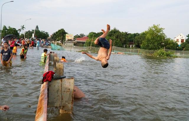 Hà Nội: Trẻ em thỏa thích bơi lội trên... tỉnh lộ - 8