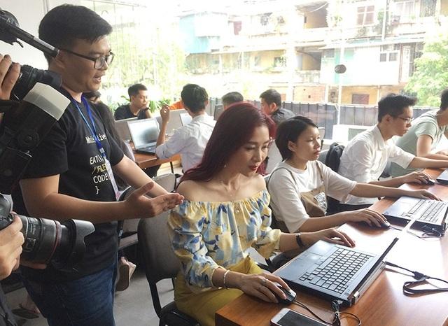 Á hậu Thu Hương tham gia Giờ lập trình. Đây là chương trình Toàn cầu được khởi xướng tại Mỹ nhằm truyền cảm hứng về Lập trình trên toàn thế giới và khuyến khích, hỗ trợ các bạn trẻ tham gia lĩnh vực CNTT.