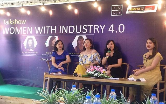 Chị Nguyễn Thu Giang, Tổng thư ký Vinasa và chị Lê Hồng Nhi - Trưởng phòng Quan hệ công chúng Tập đoàn Microsoft cũng đưa ra những ý kiến để nâng cao vai trò của phụ nữ trong ngành CNTT.