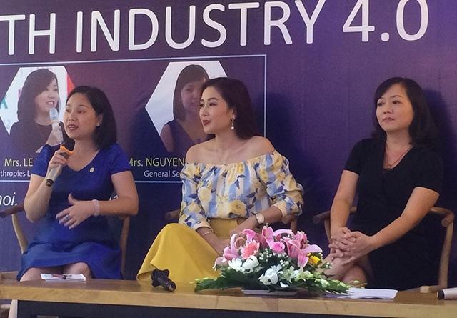Á hậu Quý bà thế giới 2011 - Hoa khôi thể thao 1995 Nguyễn Thị Thu Hương (người ngồi ở giữa) đưa ra quan điểm mới mẻ rằng phụ nữ trong ngành công nghệ thông tin cần phải thời trang hơn, quyến rũ hơn.