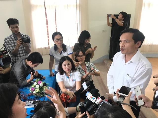 Ông Mai văn Trinh trả lời báo chí sau buổi công bố kết luận thông tin những sai phạm về Quy chế thi ở Sơn La (Ảnh: Trần Thanh).