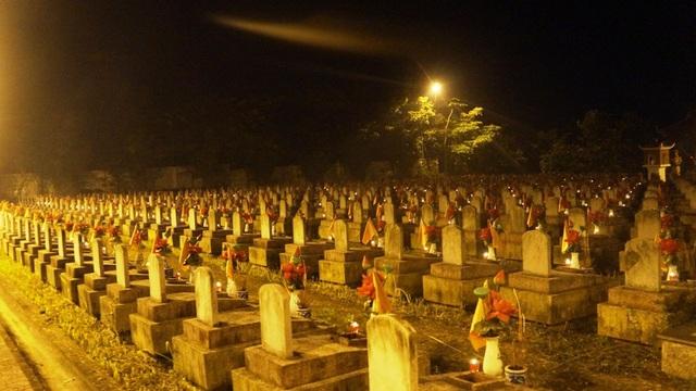 Hàng nghìn ngọn nến được thắp sáng tại nghĩa trang.