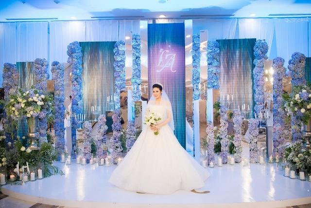 Chủ nhân của bữa tiệc – Á hậu Tú Anh xinh đẹp trong váy cưới màu trắng tinh khôi.