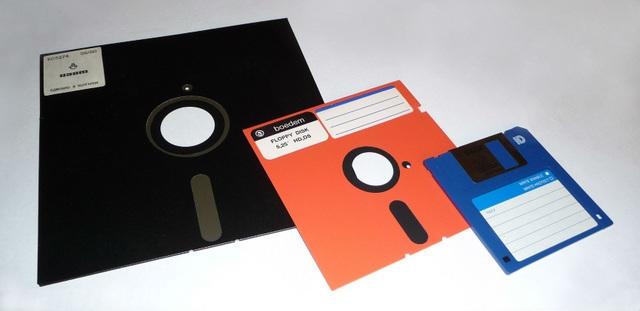 Đĩa mềm với 3 loại kích thước khác nhau, trong đó loại 3½-inch là phổ biến nhất với người dùng máy tính Việt Nam.