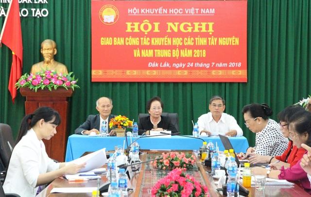 Chủ tịch Trung ương Hội khuyến học Việt Nam Nguyễn Thị Doan tại buổi làm việc với cụm thi đua số 6