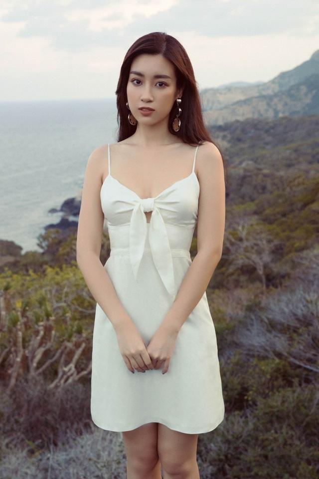 Vẻ đẹp ngây thơ cùng đôi mắt to tròn đặc trưng của Hoa hậu Việt Nam Đỗ Mỹ Linh rạng rỡ và nổi bật giữa khung cảnh thật hùng vĩ nằm ẩn mình trong rừng quốc gia Núi Chúa.