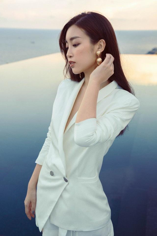 Cùng với Á hậu Huyền My thì Hoa hậu Mỹ Linh cũng đang tích cực học việc tại VTV, cô sẽ đầu quân về làm BTV của VTV24 nhưng từ chối tiết lộ sẽ dẫn chương trình gì.