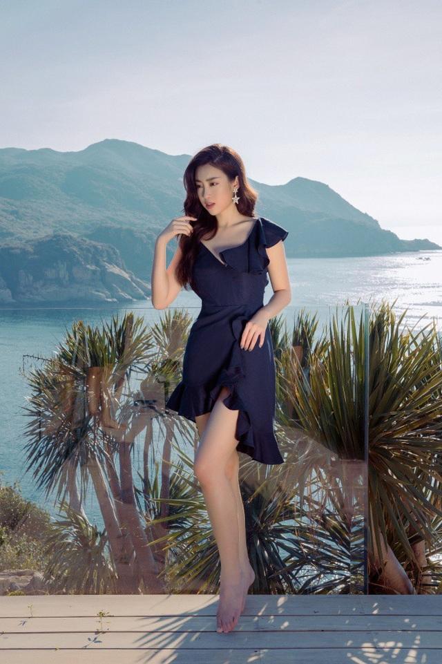 Người đẹp sinh năm 1996 theo đuổi phong cách thời trang thanh lịch.