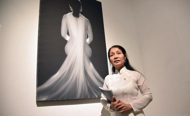Nhiếp ảnh gia Đỗ Thùy Mai bên một trong 5 tác phẩm được trưng bày tại triển lãm. Ảnh: Tùng Long.